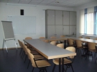 Der Schulungsraum der Jugendfeuerwehr mit Blick auf den Übungshof.
