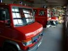 Die Fahrzeughalle mit Durchgang zum Foyer, zur Umkleide, zur Werkstatt und zur Garage.