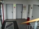Das Foyer mit Zugang zum 1. OG, den WC für Herren und Damen, dem Verbindungsgang zur Umkleide und Fahrzeughalle sowie dem Technikraum